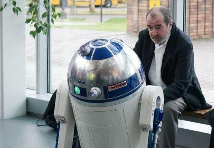 En la imagen, Tony Dyson posa juntos al icónico robot de Star Wars.(Archivo/AP)