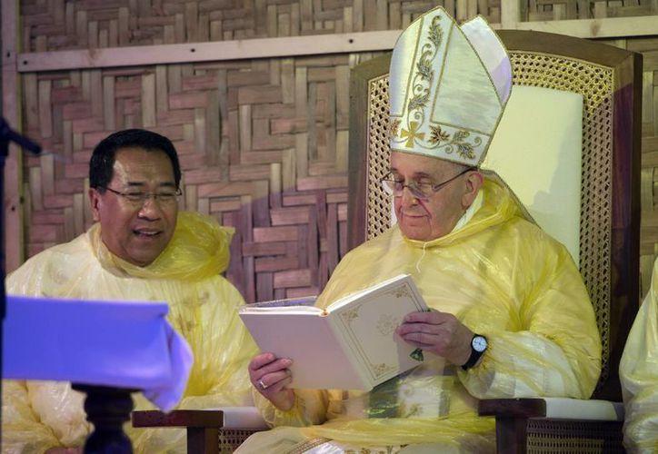 El Papa debió abandonar Filipinas varias horas antes de lo programado, debido a una tormenta que amenazaba con complicar su viaje, pero consoló a las miles de víctimas del tifón Haiyan. (Foto: AP)