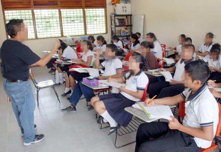 Los estados que sobresalen con maestros titulados son Tabasco, con 86.4 %; Yucatán, 85.3 % y Campeche, con 83.5 %. Imagen de un maestro dando clase a sus alumnos de secundaria. (Archivo de contexto/SIPSE)