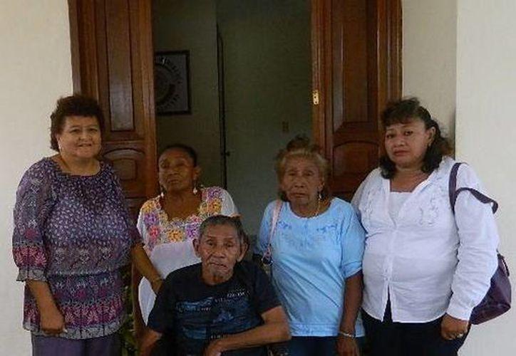 Acompañado de familiares,  Andrés Huh May recibió la silla de ruedas en la oficina de enlace del senador Daniel Ávila Ruiz. (SIPSE)
