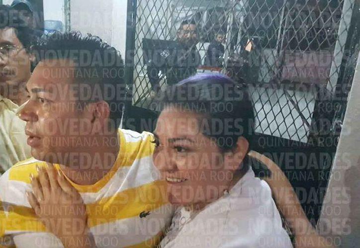 El policía fue recibido afuera de la cárcel por su esposa, familiares y amigos. (Jesús Tijerina/SIPSE)