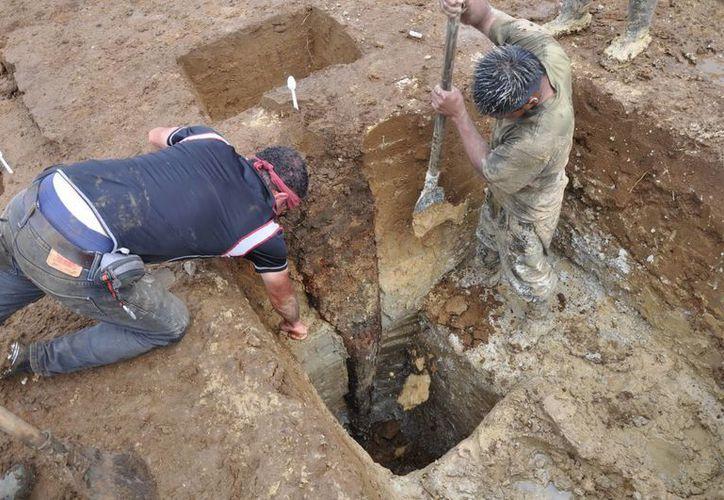 Varios miembros de un equipo de arqueólogos al trabajar en excavaciones en la provincia de Pastaza, Ecuador. (EFE)