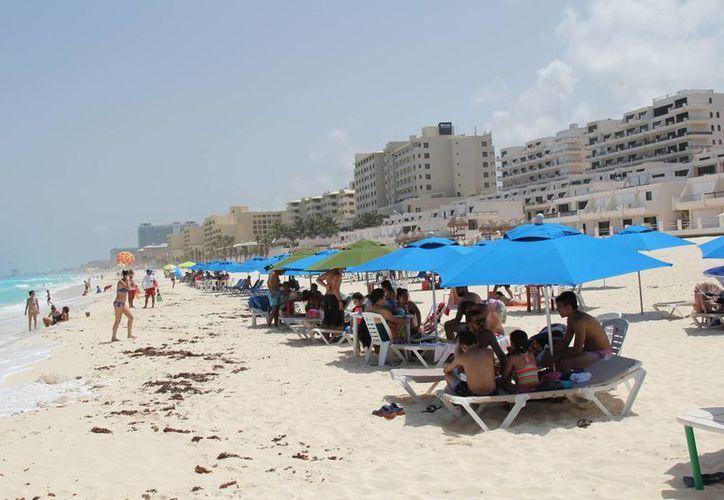 Recomiendan a los turistas comprar sus paquetes vacacionales en negocios legalmente establecidos. (Israel Leal/SIPSE)