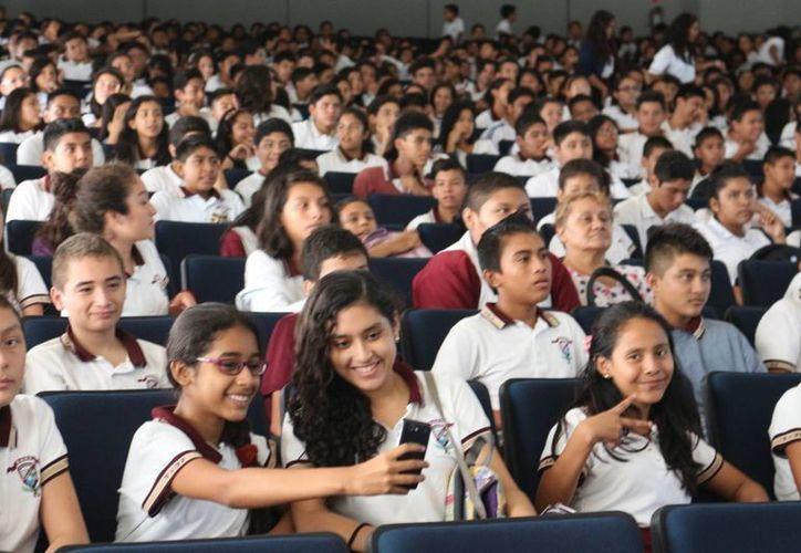 Durante la conferencia 'Los Cibererrores' se habló a los jóvenes sobre cómo evitar ser víctimas de ciberbullying. (Adrián Barreto/SIPSE)