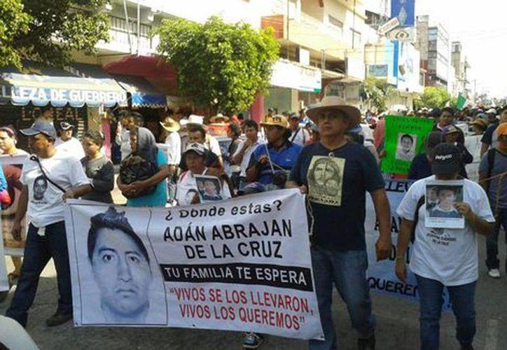 Los manifestantes llevan lonas con las imágenes de los jóvenes desaparecidos (Pablo Maldona/Milenio)