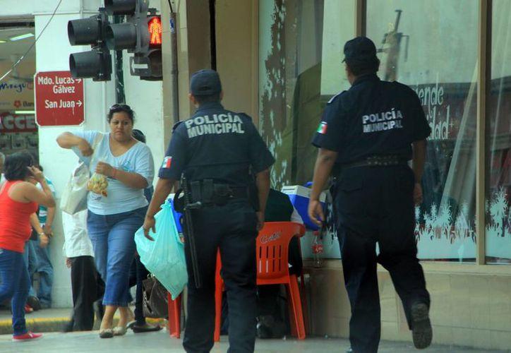 Agentes municipales recorren a pie plazas comerciales y calles. (SIPSE)