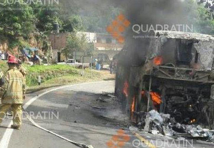 El martes, la carretera Zacapu-Zamora fue bloqueada por normalistas y después quemaron un autobús y una camioneta. (Foto: Agencia Quadratín)