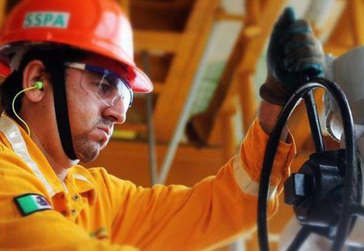 Pemex otorgará incentivos a siete mil 350 puestos clave para retener el  talento de alta especialidad. Imagen de un trabajador en una de las plataformas. (pemex.com)