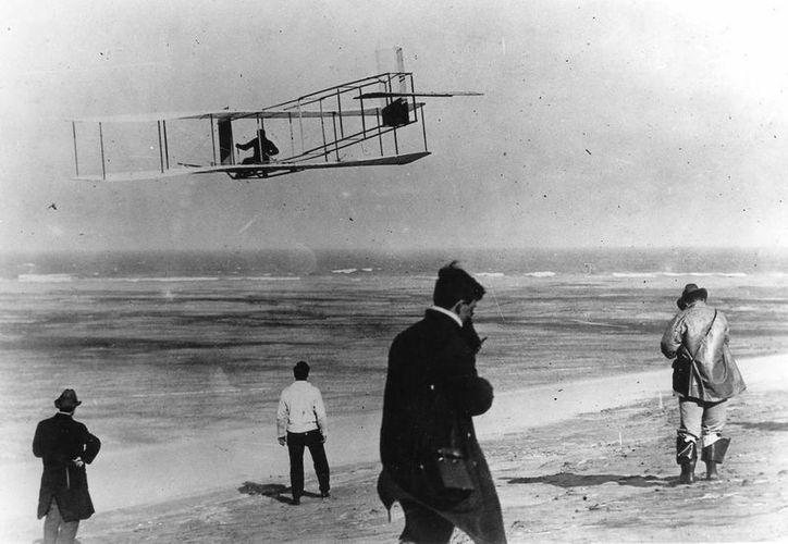 Los hermanos Orville y Wilbur Wright prueban su avión en una playa, según esta foto de archivo sin fecha, en 1903. (AP Foto/Archivo)