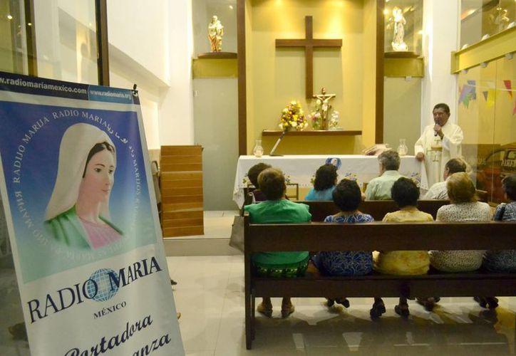 Radioescuchas y voluntarios participaron en la misa de aniversario de la emisora Radio María en Mérida. (Milenio Novedades)