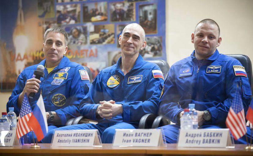De izquierda a derecha, el astronauta estadoundiense Chris Cassidy, y los cosmonautas rusos Anatoly Ivanishin e Ivan Vagner, en Kazajistán. (Servicio de Prensa de la Agencia Espacial Roscosmos vía AP)
