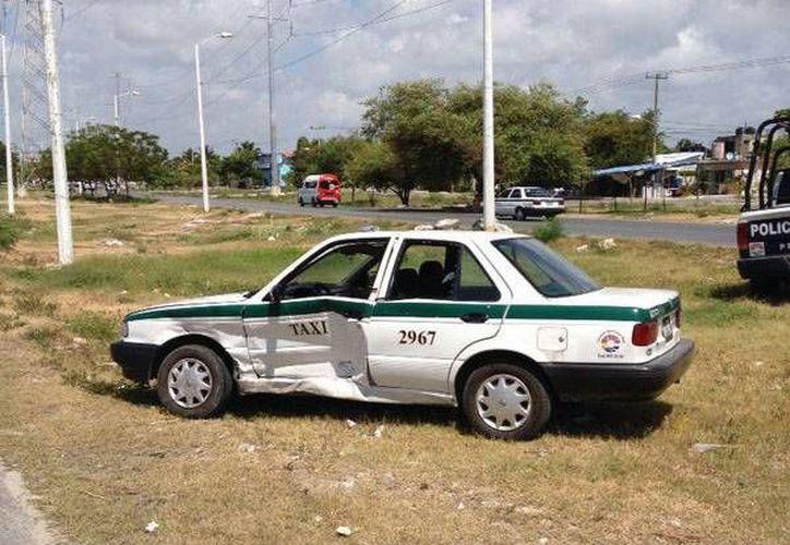 El conductor del taxi y su acompañante fueron trasladados a una clínica particular. (Redacción/SIPSE)