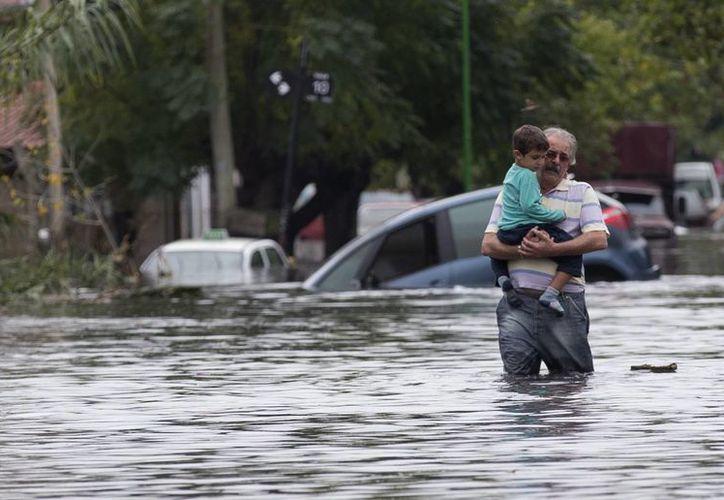 Al menos 2 mil 200 personas fueron evacuadas en distintos barrios. (Agencias)