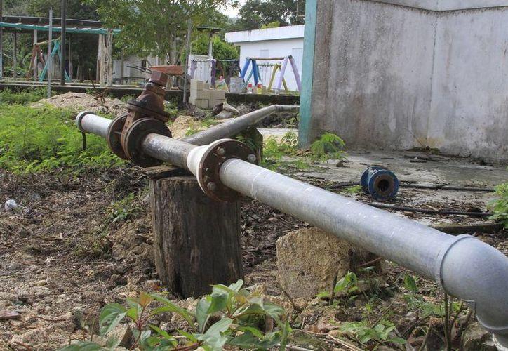 Los habitantes intentaron reparar la avería pero como no cuentan con las herramientas adecuadas, no pudieron reactivar el suministro. (Edgardo Rodriguez/SIPSE)