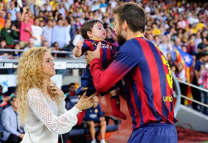 Shakira con Gerard Piqué y Milan. La familia de la cantante colombiana y el futbolista español crecerá un poco más en unas horas con la llegada de otro bebé. (mirror.co.uk)