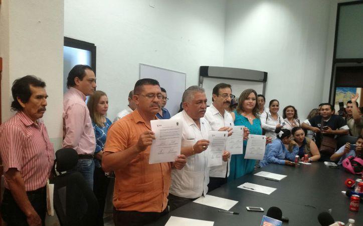 Gobierno y Sindicato firmaron el acuerdo por el que se formaliza el aumento salarial de 7.5 por ciento . (Arturo Valadez/SIPSE)