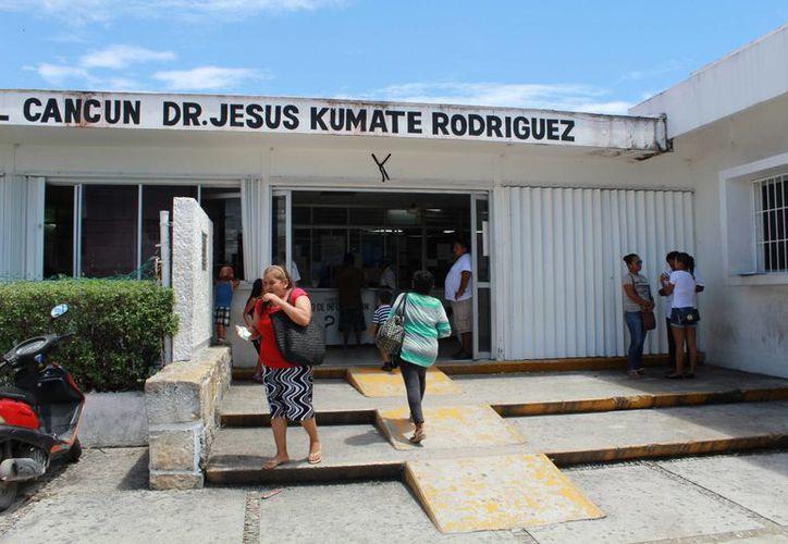 Los pacientes acuden varias veces a la farmacia del Hospital General por sus medicamentos. (Luis Soto/SIPSE)