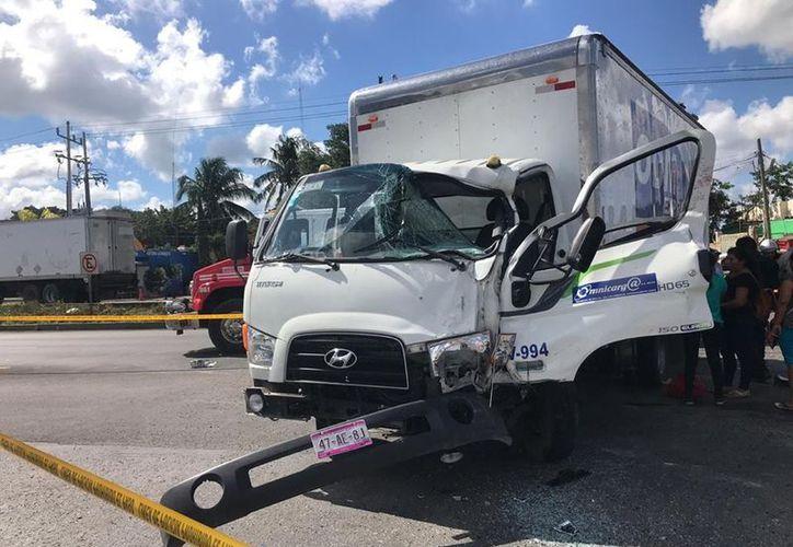 El camión de carga golpeó por alcance a la Van. (Fotos: SSP)