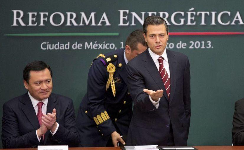 Enrique Peña Nieto saluda a la audiencia durante la presentación de la Reforma energética. (Agencias)