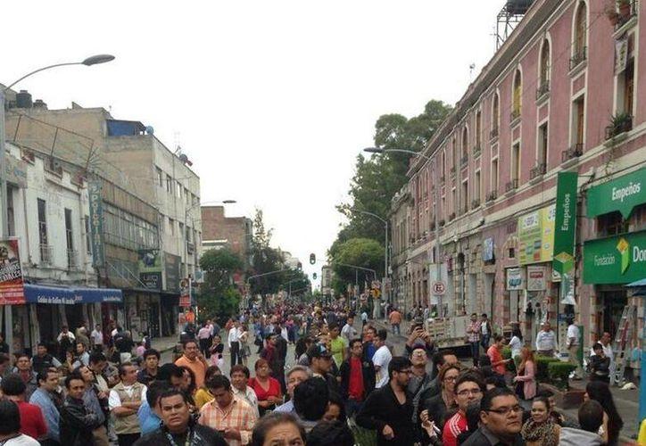 Desalojo de edificios en el Centro Histórico de la Ciudad de México, tras el intenso terremoto registrado este jueves al mediodía. (Milenio)