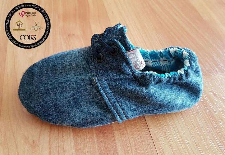 Los zapatos son manufacturados con pantalones de mezclilla donados. (Cortesía)