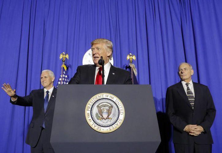 El presidente Donald Trump acompañado por el vicepresidente Mike Pence, a la izquierda, y el secretario de Seguridad Nacional John F. Kelly, a la derecha, durante una conferencia en el Departamento de Seguridad Nacional en Washington, este miércoles. (AP Photo / Pablo Martínez Monsiváis)