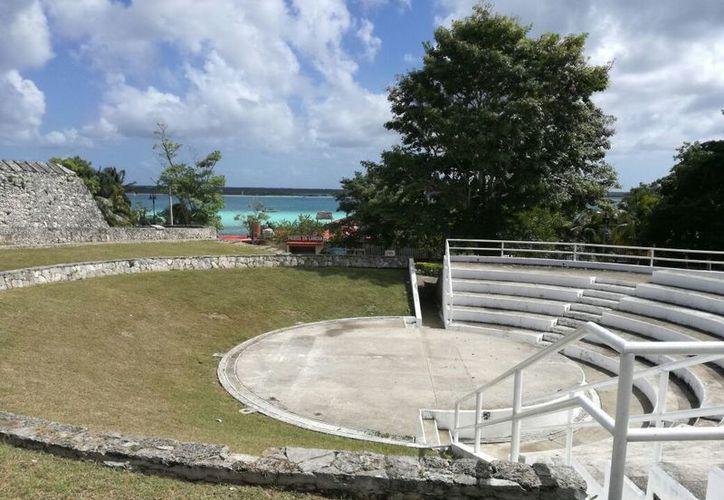 El anfiteatro se ubica a espaldas de El Fuerte, entre la avenida Costera y el parque central, el cual es paso obligado de los turistas. (Javier Ortiz/SIPSE)