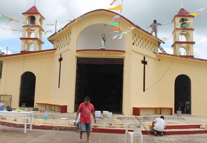 Las actividades comenzaron con el embellecimiento del templo. (Raúl Balam/SIPSE)