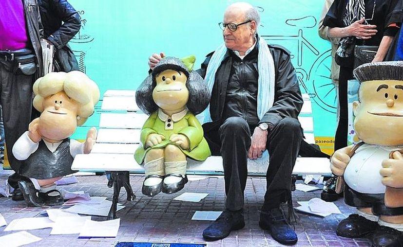 Quino, en el barrio de San Telmo, Buenos Aires, con sus personajes Susanita y Manolito que acompañan a Mafalda. (Clarín)