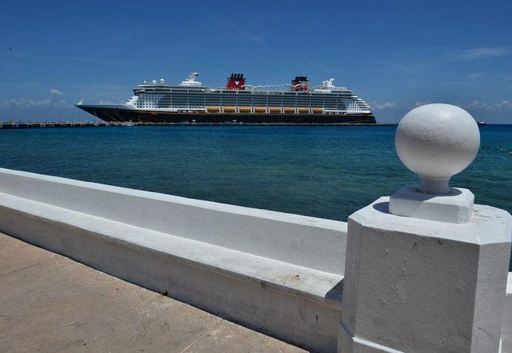 En la semana que concluye mañana, se calcula que fueron 29 mil 500 los pasajeros que llegaron en los barcos. (Gustavo Villegas/SIPSE)