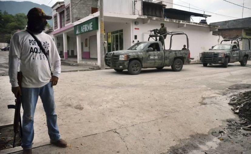 Integrantes de autodefensas de Apatzingán fueron atacados este sábado, incluso con una granada. (Notimex/Foto de archivo)