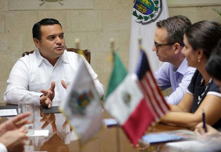 El alcalde meridano, Renán Barrera Concha, en plática con diplomáticos estadounidenses en el Palacio Municipal. (SIPSE)