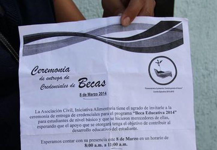 """Los padres de familia llevaron a la Canaco sus """"bauchers"""" de pago   a dicha empresa. (Tomás Álvarez/SIPSE)"""