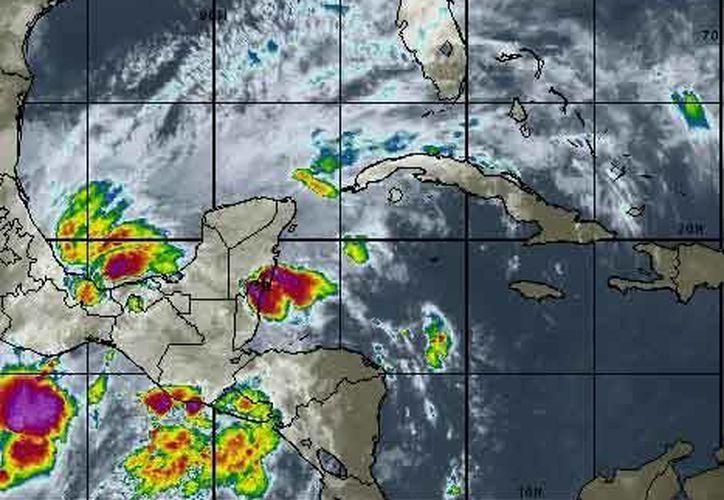 La Onda Tropical Número 44 asociada con una zona de inestabilidad se ubica sobre la Península de Yucatán. (Intellicast)