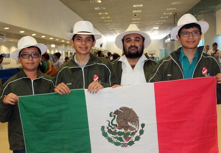El equipo de yucatecos que viajó a China para el International Mathematics Competitions. (Milenio Novedades)