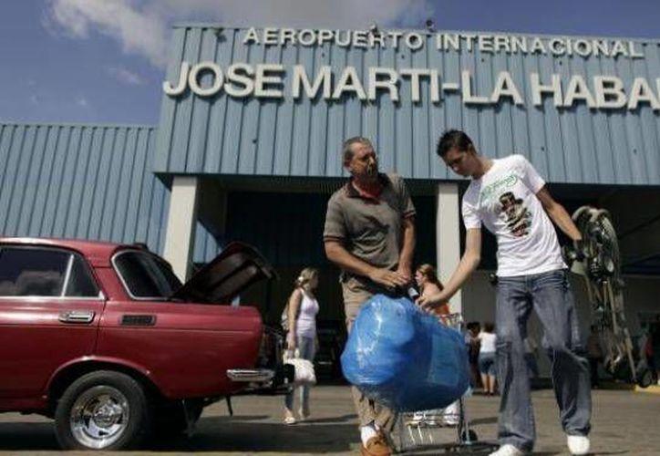 Las medidas, que comenzarán a regir el 1 de septiembre próximo, reducen la cantidad de productos que los viajeros cubanos podrán introducir en el país o recibir por envíos postales. (Imagen de archivo/AP)