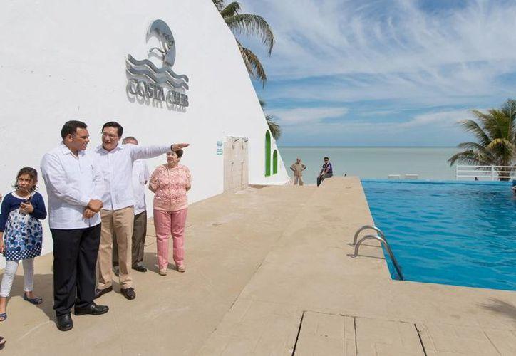 """Rolando Zapata Bello, acompañado de Ulises Carrillo, director del Isstey, recorrió el """"Costa Club"""". (Milenio Novedades)"""