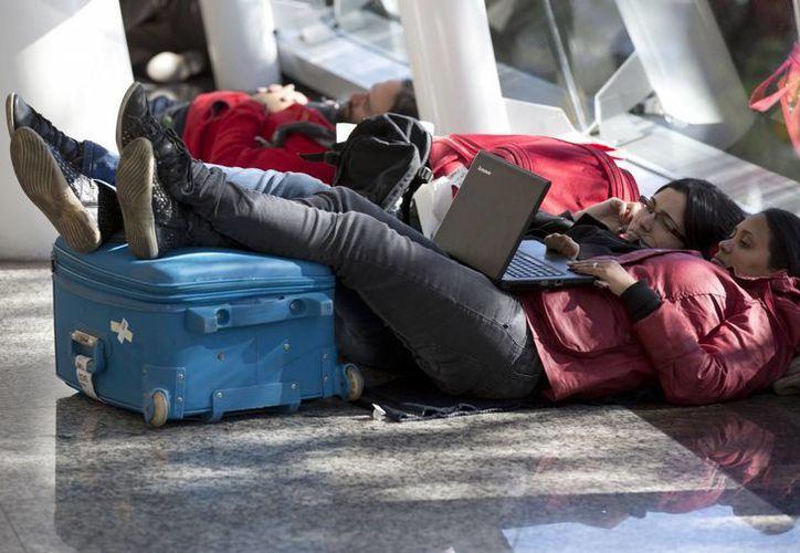 Pasajeros esperan en el aeropuerto Jorge Newbery de la ciudad de Buenos Aires, Argentina, donde los pilotos realizan una huelga. (Agencias)