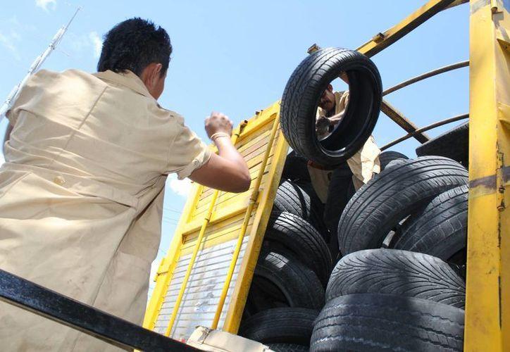 Las llantas representaban un problema de contaminación en el municipio mexiquense de Zumpango; ahora sirven como base para una cancha. (Archivo/SIPSE)
