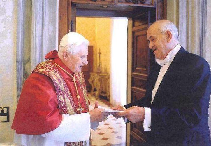 Ling Altamirano fue embajador de México en el Vaticano. Aquí aparece con el   papa Benedicto XVI. (guanajuatoinforma.com)
