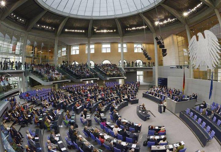 Vista general del Bundestag en Berlín, Alemania. El Parlamento otorgó un tercer paquete de ayuda financiera para salvar a Grecia de la quiebra. (EFE/Archivo)