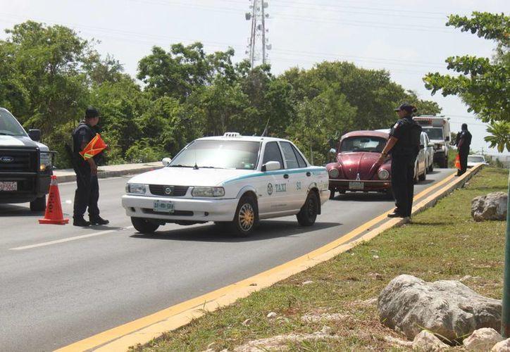 Después del asesinato de dos taxistas ocurridos entre el miércoles y el jueves pasados, la policía implementó un operativo de revisión de conductores en busca de sospechosos. (Adrián Barreto/SIPSE)