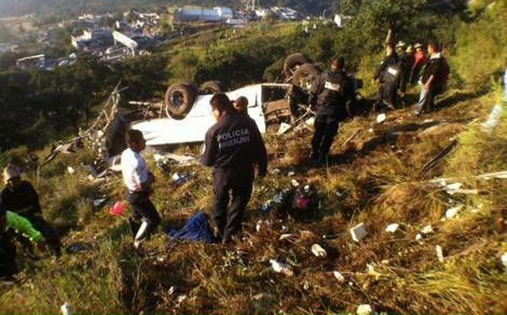 El autobús accidentado en la carretera libre Naucalpan-Toluca se desbarrancó unos 120 metros. (Milenio)