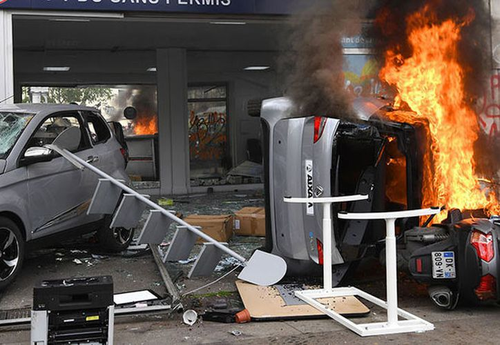 Una agencia de Renault fue objeto de ataques. (AFP)