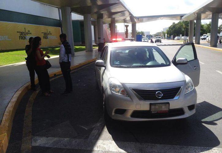 La Policía federal levantó una infracción en contra de un conductor de Uber en el Aeropuerto de Mérida. El vehículo fue retirado con grúa y remitido al corralón. (Luis Fuente/Milenio Novedades)