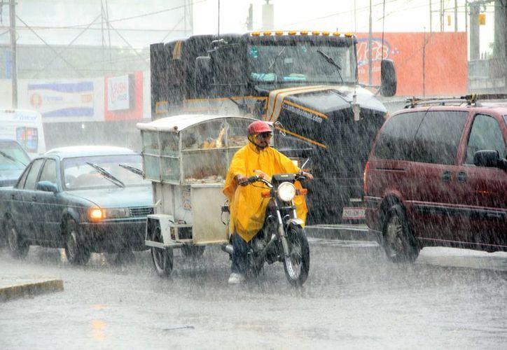 Prevalecieron ayer por la tarde condiciones de lluvia en Mérida. (SIPSE)
