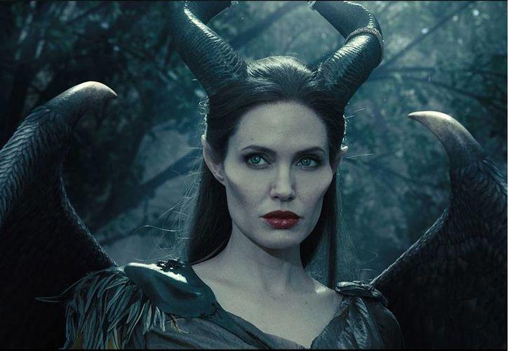 Angelina Jolie pasaba cuatro horas en caracterización de Malefica y para ponerle los cuernos. (movies.disney.com)