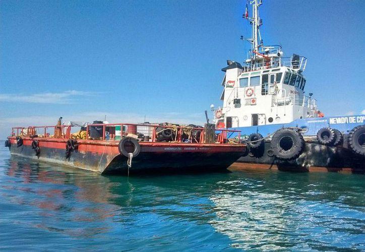 El buque  'Los Llanitos', que encalló en Punta Graham, Barra de Navidad, Jalisco, tras un huracán, no representa riesgo ambiental, de acuerdo con la Profepa. (Notimex)