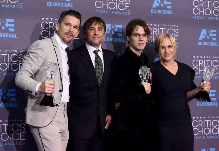 Elenco de Boyhood. Richard Linklater (segundo desde la izquierda) fue elegido como mejor director, y los actores Patricia Arquette y Ellar Coltrane (d)