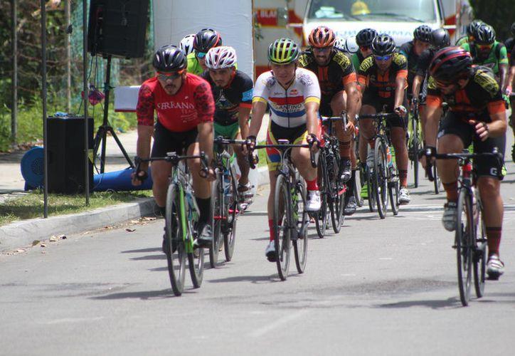 El Bulevar Bahía, en la capital del estado, vivió una emotiva jornada deportiva con la tercera edición de la Clásica Ciclista Alberto Aguilar Noble. (Joel Zamora/SIPSE)